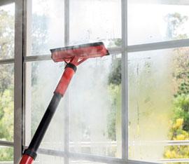pulizia dei vetri con il vapore